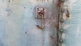Métal riveté avec le crochet sur un train rouillé Image libre de droits