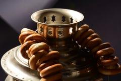 Métal russe de vintage de détail de samovar sur le fond foncé avec des bagels images stock