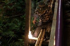 Métal travaillant de forgeron avec le marteau Image libre de droits
