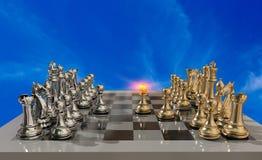 Métallique d'or et l'échiquier d'échecs avec tous les gages et bataille commence juste - le rendu 3d illustration de vecteur