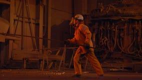 Métallurgiste au travail à côté des aciéries de furnance de souffle, clips vidéos