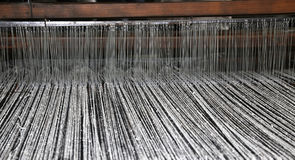 métier à tisser antique de textile de bois avec la couleur noire et blanche t de laine Image stock