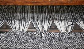 métier à tisser antique de textile de bois avec la couleur noire et blanche t de laine Photographie stock libre de droits