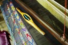 métier à tisser asiatique du sud-est traditionnel employé pour produire les textiles exceptionnels image stock