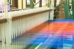 Métier à tisser et navette de tissage sur la chaîne Photographie stock