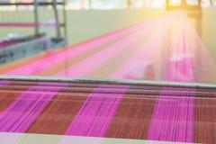Métier à tisser et navette de tissage sur la chaîne Photo stock