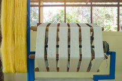 Métier à tisser et navette de tissage sur la chaîne Photos libres de droits
