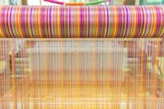Métier à tisser et navette de tissage sur la chaîne Images stock