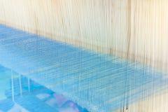 Métier à tisser et navette de tissage sur la chaîne Photos stock