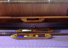 Métier à tisser et navette de tissage thaïlandais traditionnels pour la production de textile Photo stock