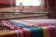 Métier à tisser et tisserand avec les fils lumineux près de San Ramon, Nicaragua Images libres de droits