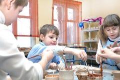 Métier d'argile modelant des enfants Photographie stock libre de droits