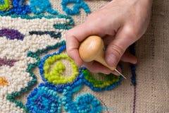 Métier de Recyling effectuant un couvre-tapis de la toile de jute Image stock