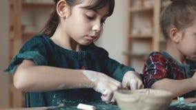 Métier du ` s de potier les enfants font des métiers à partir de l'argile dans un atelier léger confortable banque de vidéos