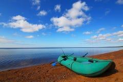 Métier en caoutchouc près de lac Image libre de droits
