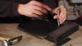 Métier en cuir Trous de poinçon en matériel banque de vidéos