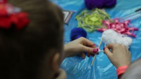 Métier fait main, jeune fille faisant le beau talisman de mandala à partir des fils, passe-temps clips vidéos