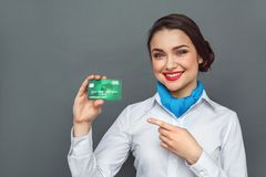 Métier professionnel Position d'hôtesse d'isolement sur le pointage gris au sourire de carte de débit gai photographie stock