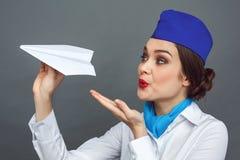Métier professionnel Position d'hôtesse d'isolement sur le soufflement gris au plan rapproché enthousiaste de sourire d'avion de  photos stock