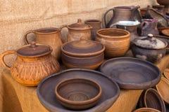 Métier traditionnel de poterie - tasse, soucoupe, plat Photo stock