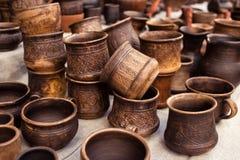 Métier traditionnel de poterie - tasse, soucoupe, plat Photographie stock libre de droits