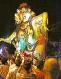 Métiers à tisser d'un monstre d'Ogoh-Ogoh au-dessus des spectateurs Photos stock