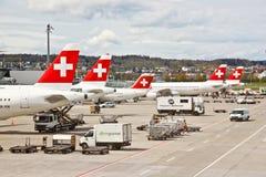 Métiers de l'air du SUISSE à l'aéroport 1 de Zurich Photos stock