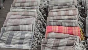 Métiers de tissage colorés d'écharpe et de soie de souvenir de tissu Fond noir et blanc de couleur avec la couleur sélective tech Photographie stock libre de droits