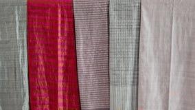 Métiers de tissage colorés d'écharpe et de soie de souvenir de tissu Fond noir et blanc de couleur avec la couleur sélective tech Photo libre de droits
