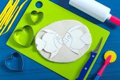 Métiers drôles de pâte salée au jour du ` s de Valentine Étape 16 Image stock