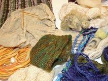 Métiers faits main de l'ouvrière couturière experte avec des aiguilles de tricotage et Image stock