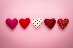 Métiers faits main de ton de coeurs doux rouges d'amour pour le jour de valentine Image stock