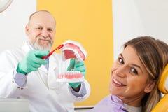 Método correto de escovar os dentes foto de stock royalty free