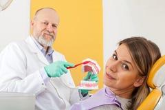 Método correto de escovar os dentes imagens de stock