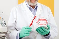 Método correto de escovar os dentes fotografia de stock