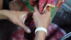 Método primitivo crudo tradicional de Bignay de vino casero que procesa exprimiendo la fruta con la red metrajes