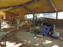 Métodos tradicionais usados para fazer o suco do cana-de-açúcar imagens de stock royalty free