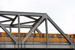 Métro au-dessus de la passerelle, Berlin, Allemagne. photographie stock libre de droits