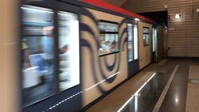 Métro bleu avec des personnes à l'intérieur du déplacement rapide, vue de station de métro banque de vidéos