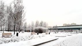 Métro d'au sol de Moscou en parc d'hiver banque de vidéos
