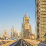 Métro de Dubaï dans un jour d'été à Dubaï image libre de droits