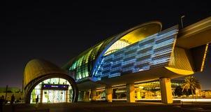 Métro de Dubaï en tant que plus long réseau entièrement automatisé de la métro du monde (75 Photos libres de droits