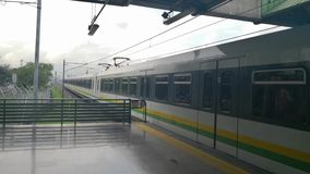 Métro de Medellin, Colombie Deux trains à la plate-forme de station Transport de masse banque de vidéos