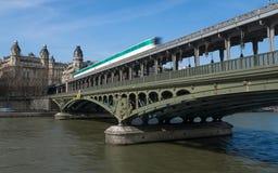 Métro de Paris sur Pont de BIR-Hakeim Photos libres de droits
