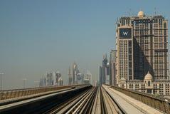 Métro moderne aérienne de Dubaï de ville Photo libre de droits