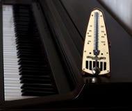 Métronome sur le clavier de piano Images stock