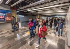 MÉXICO - 26 DE OUTUBRO DE 2017: Estação de caminhos-de-ferro subterrâneo de Cidade do México com viagem local dos povos tube fotos de stock