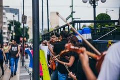 MÉXICO - 20 DE SEPTIEMBRE: adultos jovenes que juegan la ejecución con los violines en la calle para recolectar el dinero para la Foto de archivo