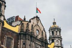 MÉXICO - 20 DE SEPTIEMBRE: Bandera mexicana en basílica vieja de nuestra señora Guadalupe Foto de archivo