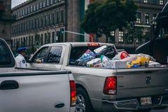 MÉXICO - 20 DE SEPTIEMBRE: Camión civil por completo de disposiciones y de fuentes para ser transportado a las víctimas del terre Fotografía de archivo libre de regalías